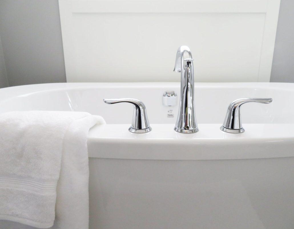 wit bad met zilveren kraan